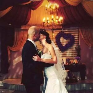 Благовест Русков целува жена си в Сватбен салон на Хотелски комлекс Конак Момчилград